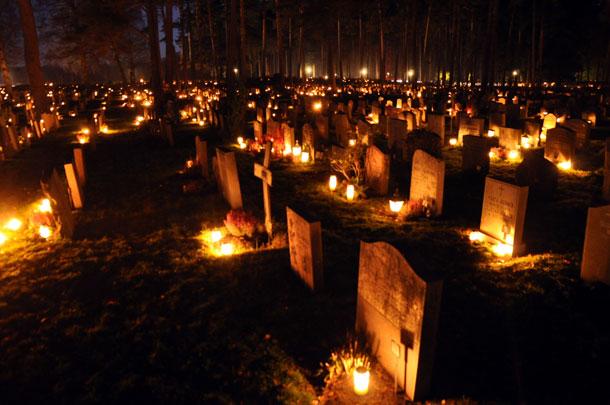 ''יום הקדושים'' בבית קברות בשטוקהולם, 2010. אולי האמירה שהמוות הוא חלק מהחיים צריכה לקבל משמעות מוחשית בסביבה העירונית? (צילום: Holger Motzkau)