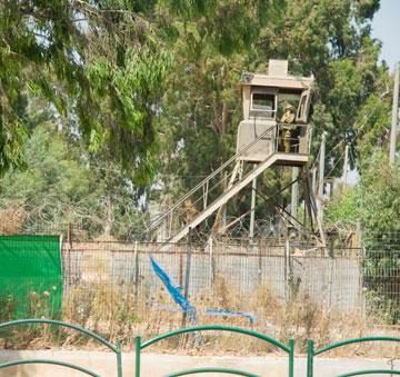 """מגדל שמירה במחנה. """"לא צריך להישאר שום דבר"""", טוען האדריכל (צילום: מור כוכבי)"""