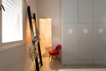 חדר ההורים, עם ארון קיר גדול שלידו כניסה לחדר רחצה (צילום: גדעון לוין)