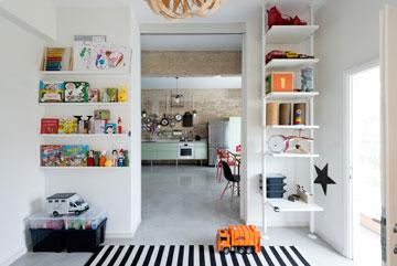 קשר עין בין המטבח ופינת העבודה לחדר הילדים (צילום: גדעון לוין)