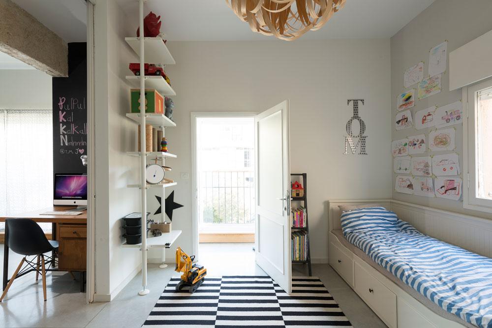 שחור ולבן גם בחדר הילדים, ומעל מנורת ''פורמטקה'', בעיצוב הסטודיו (צילום: גדעון לוין)