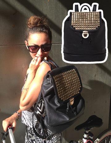 גם תיק גב וגם ניטים? אנחנו לגמרי בקראש על התיק של אנה ארונוב מבית laster-design (מחיר: 199 שקל) (צילום: ענת מוסברג, טל קרת)