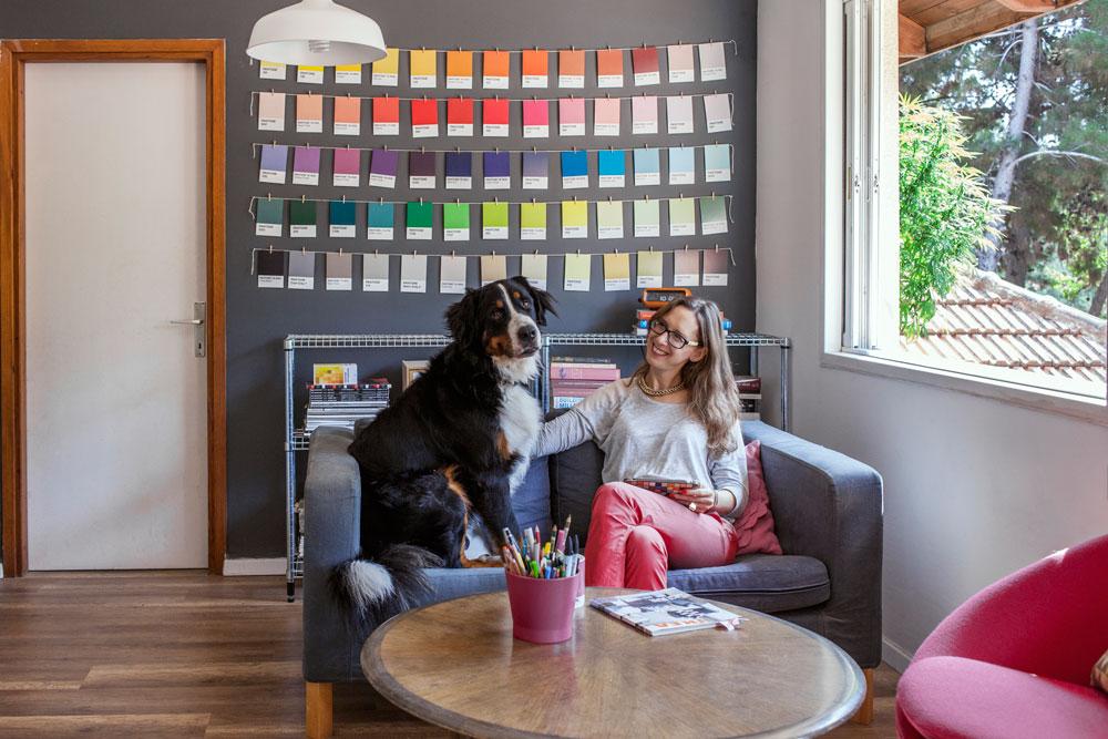 """""""הקיר האפור חיכה המון חודשים לצבעים שייתלו עליו"""". רונית כפיר (צילום: רותם רייצ'ל חן)"""