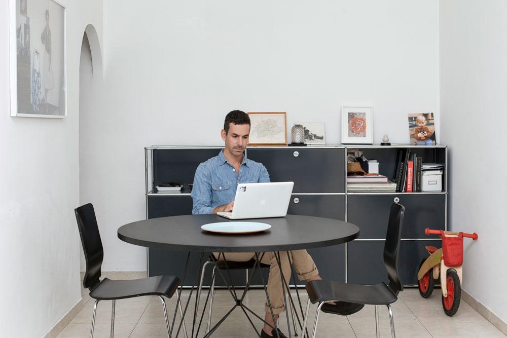 """""""פינת הישיבה שלנו משמשת כשולחן אוכל וגם לעבודה"""". אייל דה ליאו (צילום: רותם רייצ'ל חן)"""