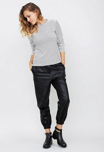 Stuff Store. מכנסיים ספורטיביים מחומר דמוי עור, 151 שקל במקום 189 שקל (צילום: עמירם בן ישי)