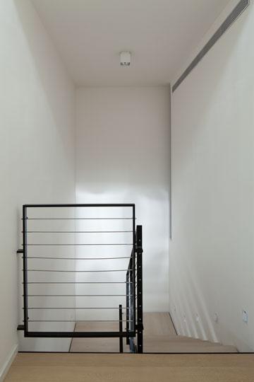 ישורת המדרגות בקומה העליונה (צילום: עמית גרון)