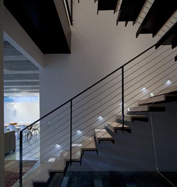 גרם המדרגות. המדרכים עשויים מברזל שנעטף בלוחות עץ אלון מולבן (צילום: עמית גרון)