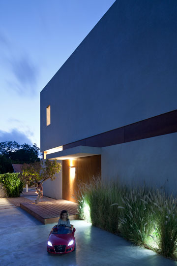 רחבת הכניסה לבית כוסתה בבטון מוחלק (צילום: עמית גרון)