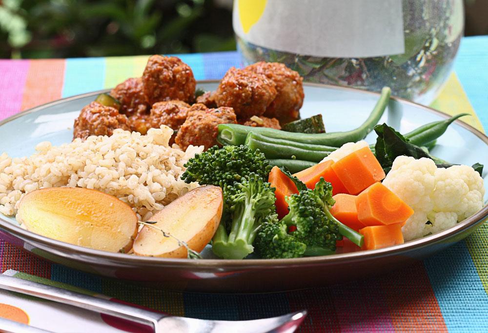 כדורי בשר ברוטב אדום אורז מלא וירקות מאודים (צילום: כפיר חרבי, סגנון: דריה קרגולה)
