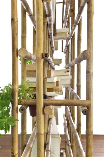 ומבט מהצד על ספריית ''BambOOKS'' של שרון נוימן, שיכולה לשמש כמחיצה אוורירית בחלל גדול (צילום: עמית גושר)