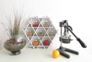 בעיצוב רותי שפריר: ספריית קרטון קטנה למטבח (צילום: אבישי לפיד)