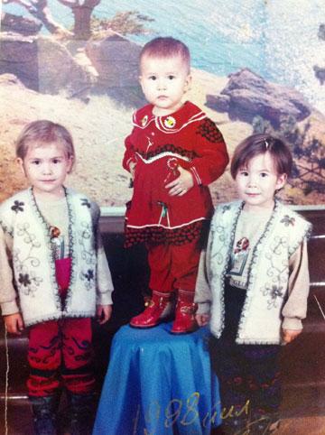 זוכרה ופאטימה עם אחותן הצעירה זכרו, באוזבקיסטן (צילום רפרודוקציה: עדי אדר)