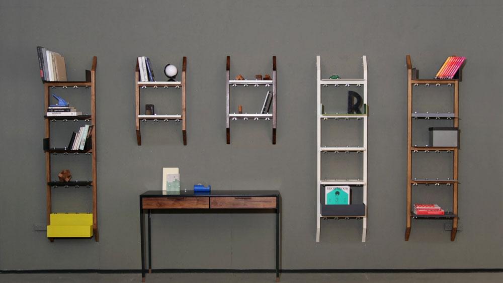 ספריית הקיר של סטודיו בלום פילד עוצבה בסגנון תעשייתי, עשויה עץ ומדפי פח ודורשת רק שני דיבלים ליחידה. גם היא יכולה להתאים למגוון חדרים ושימושים (צילום: מיכל חרמון)