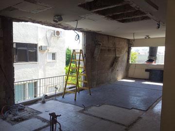 חלל הסלון הארוך במהלך השיפוץ (צילום: טלי ג'רסי)