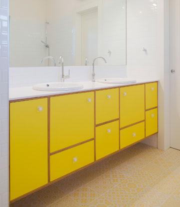 חדר הרחצה של הילדים: צהוב ולבן זה הצבע שלהם (צילום: גל דרן)