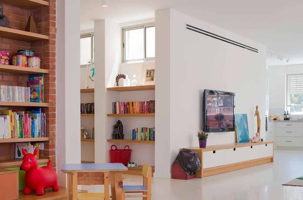 מבט לכיוון מבואת הכניסה, שבה נבנתה ספרייה והיא מפרידה בין הסלון לחדרי השינה (צילום: גל דרן)