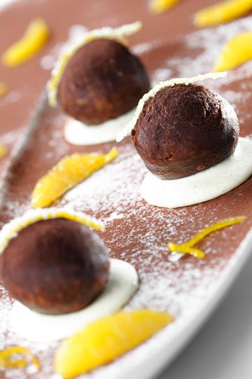 סופגניות שוקולד ברוטב וניל ותפוזים (צילום: דודו אזולאי)