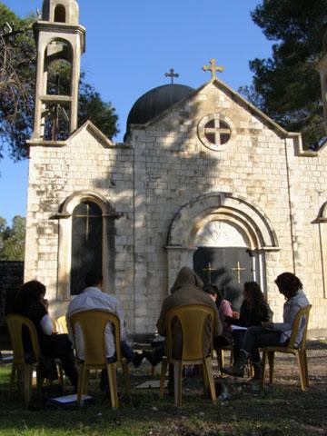 צאצאי בני הכפר למרגלות הכנסייה (צילום: עמר אלע'בארי)