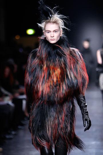 פרוות בקולקציית החורף של אן דמולמיסטר (צילום: אתר www.fur-style.com )