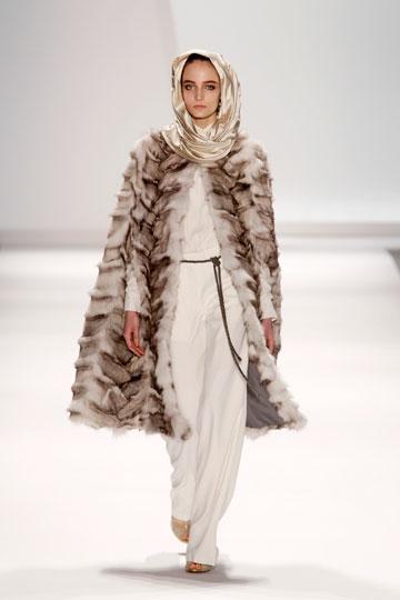 מעיל פרווה בקולקציית החורף של קרלוס מיאל. ''אני תמיד מעודד מעצבים לעצב יותר מעילי פרווה לגברים'' (צילום: אתר www.fur-style.com )