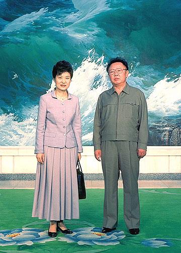 בפגישה עם בתו של מנהיג דרום קוריאה לשעבר ב-2002 (צילום: gettyimages)