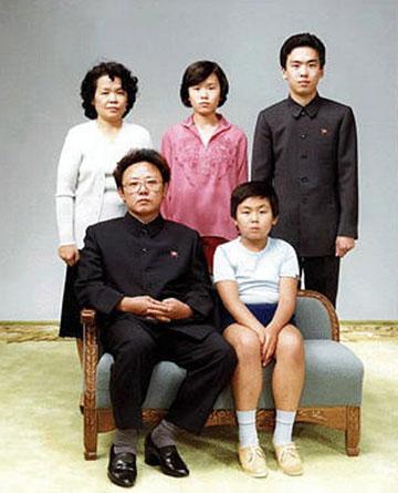 קים ג'ונג איל בתמונה משפחתית מ-1981 (צילום: gettyimages)