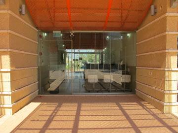 חדר טיפוסי במועדון שתיכנן שמואל גרוברמן. דגש על השקיפות דווקא בבסיס צבאי (צילום: מיכאל יעקבסון)