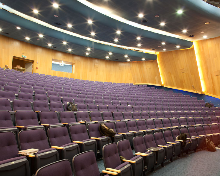 זהו האודיטוריום עצמו, שמכיל 400 מושבים ונדיר לפגוש כמוהו גם בחיים האזרחיים (צילום: טל ניסים )
