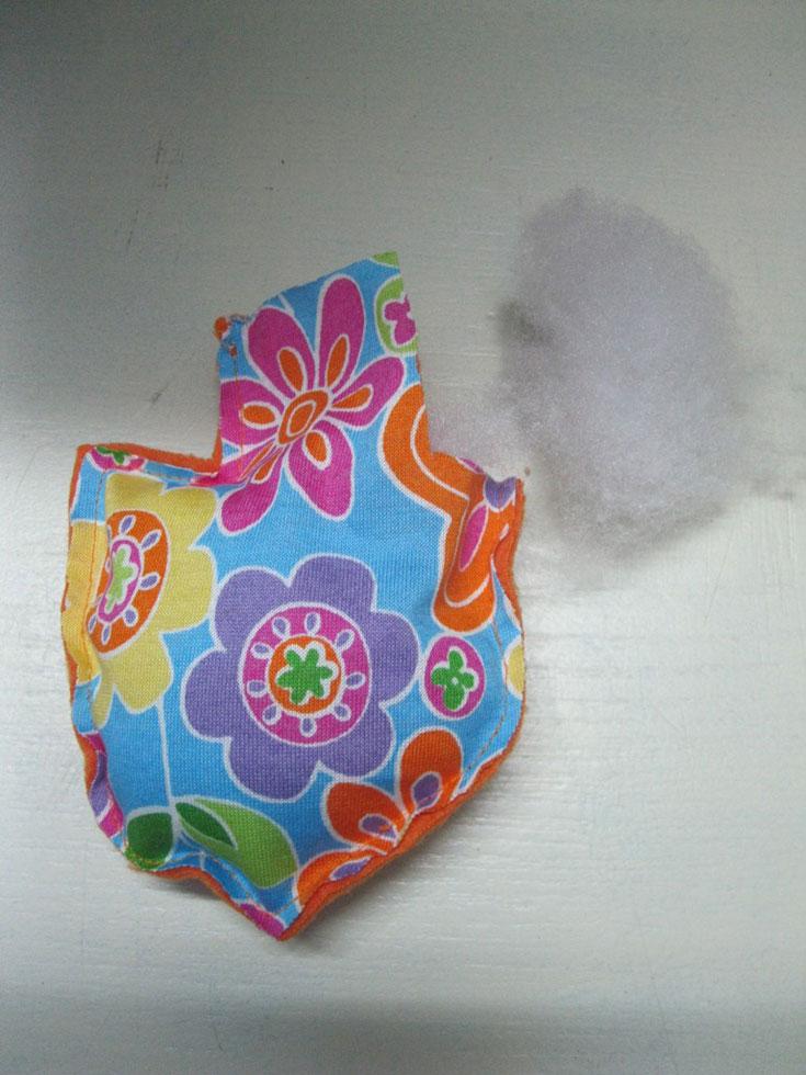 ממלאים את הסביבון בחומר מילוי, רצוי דחוס, כך תתקבל צורה יפה של סביבון (צילום: חן קרופניק )