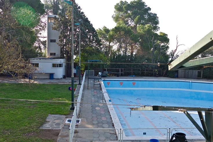 וכך חולפת תהילת עולם: בריכת השחייה הקיבוצית נפתחה, והמגדל הפך לחדר שירות (צילום: איתי סיקולסקי)