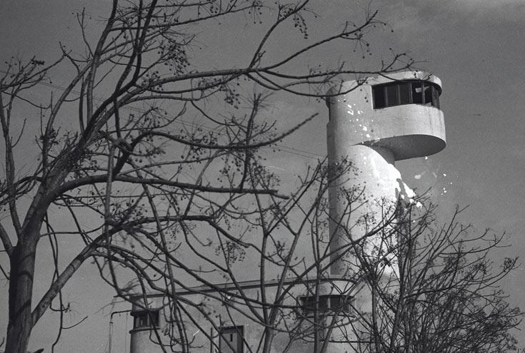 צילום היסטורי של המגדל, שקיבל את הכינוי ''גמל'' ואפשר להבין מדוע. שלוש שנים נדרשו להקמתו (צילום: לזר דונר, ארכיון הצילומים קקל)