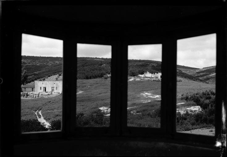מבט מהמגדל בצילום מ-1935, השנה שבה הושלם. חומר הבנייה הוא בטון מזוין, כדי להתגונן מפני אש צלפים (צילום: צבי פייגין, ארכיון הצילומים קקל)