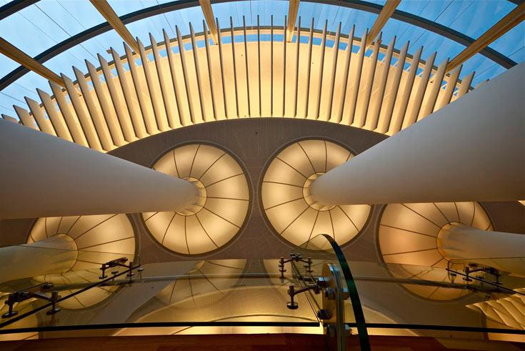 פטריות פטריות: האלמנט הבולט במבואה (לובי) של הבימה, עם רמזים בשאר חלקי הבניין. התייחסות לשמש שמופיעה באולם הגדול (צילום: איתי סיקולסקי)