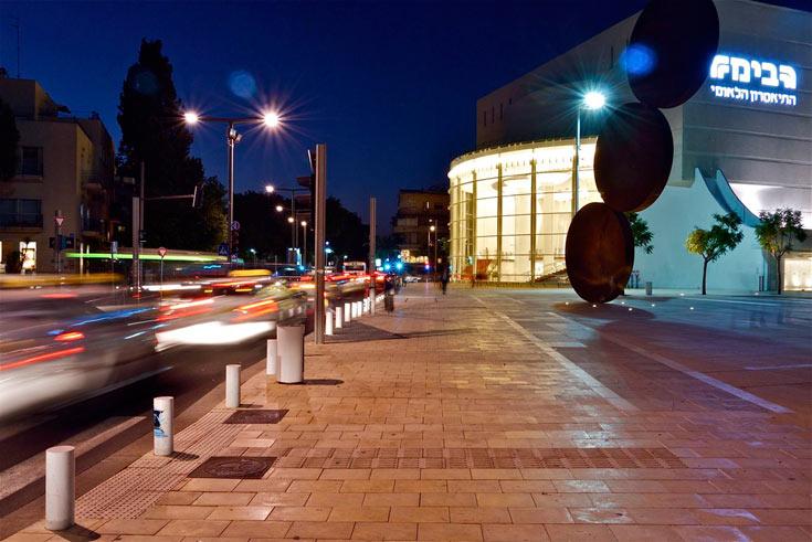 חלק בלתי נפרד מהערב והלילה של תל אביב: ויטרינת הזכוכית שמגדירה את מתחם התרבות של העיר (צילום: איתי סיקולסקי)