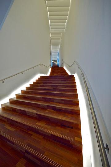 גרם המדרגות. אורות נסתרים מסמנים את הדרך (צילום: איתי סיקולסקי)