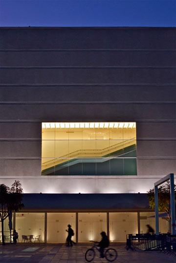 קרן אור בבניין האטום (צילום: איתי סיקולסקי)