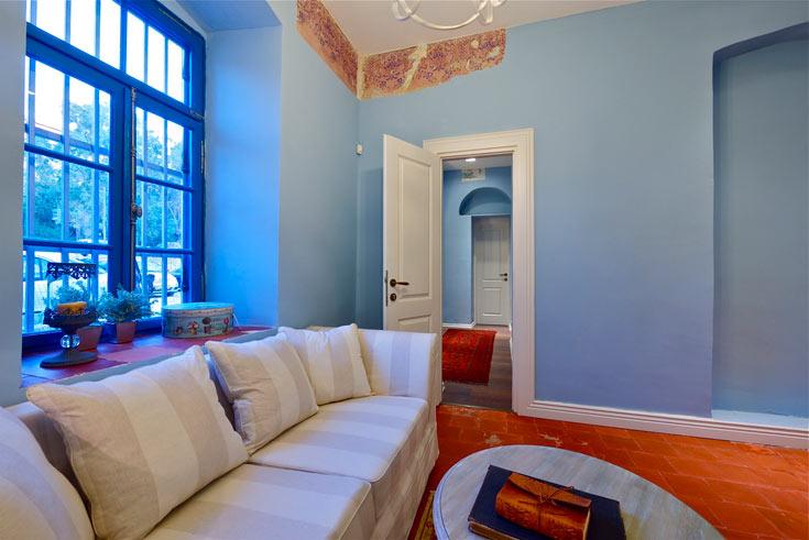 חדר הטיפולים השני. בחיבור עם התקרה ניתן לראות קטע מציורי הקיר המקוריים, שנחשפו בעבודות ושוחזרו בידי רסטורטור מומחה (צילום: איתי סיקולסקי)