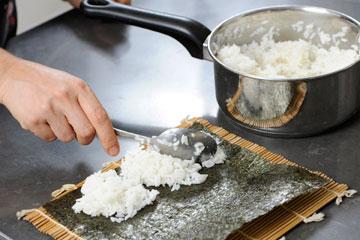 מפזרים את האורז בצורה שווה על האצה (צילום: דודו אזולאי)