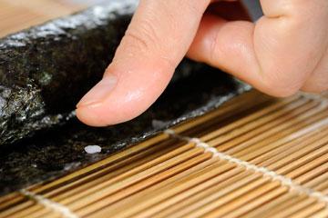 מדביקים את הקצה עם מעט אורז (צילום: דודו אזולאי)