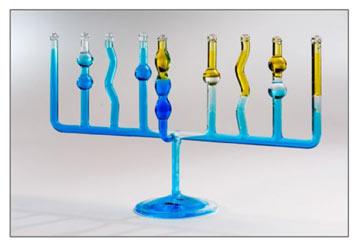 חנוכייה מס' 5: הכלים השלובים של סטודיו ארמדילו, בהשראת כלי מעבדה (צילום: דן לב)