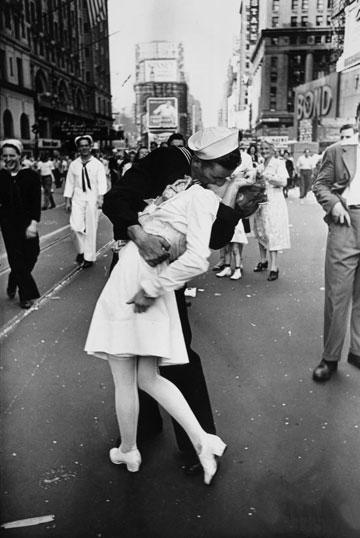 V-J Day בטיימס סקוור. נשיקה אנונימית שהפכה לסמל הניצחון (צילום: Alfred Eisenstaedt)