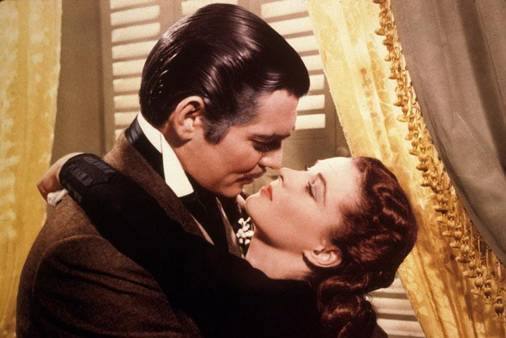 ויויאן לי וקלארק גייבל ב''חלף עם הרוח''. שיק תקופתי וכמעט נשיקה שהפכה לאחד מרגעי הרומנטיקה הגדולים בכל הזמנים (צילום: rex/asap creative)