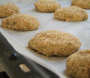 כדי שהקציצות לא יהיו חיוורות, מצפים אותן בפירורי לחם (צילום: ענת לבל)