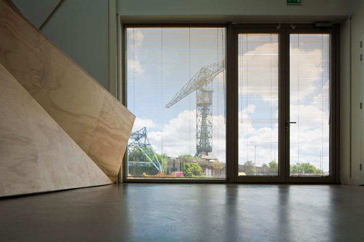 מנוף נצחי נשקף מהחלונות (צילום: Ewout Huiber)