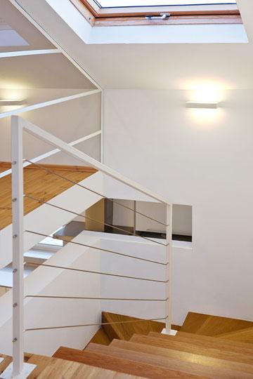 את מעקה הברזל הריבועי של המדרגות בנה בעל הבית. בין הפרופילים נמתחו חבלי נירוסטה. החריץ בקיר משמש כמעקה נוסף (צילום: טל קרת)