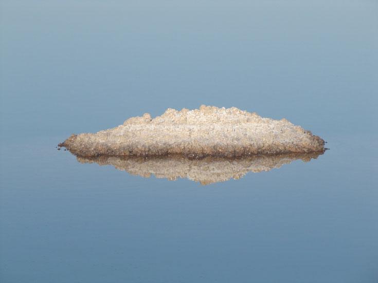 אי בודד בים. השתקפות גביש מלח (צילום: דרור זבדי)