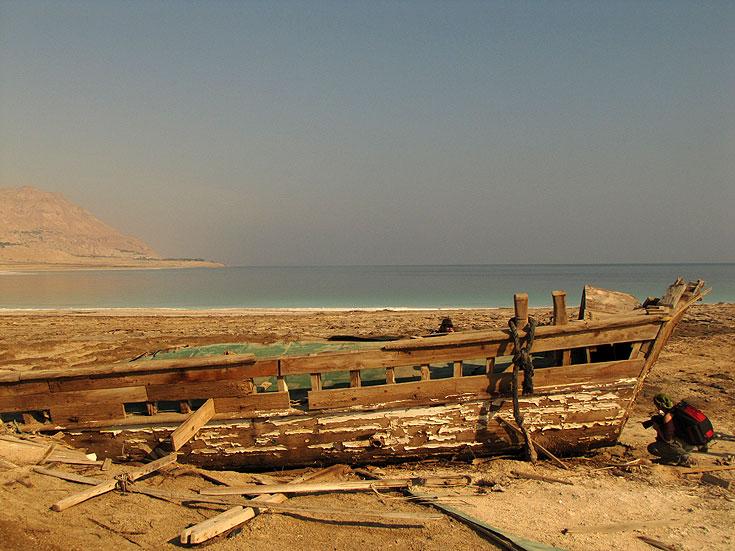 ספינה טרופה בים המלח. והפעם בלי סיפורים היסטוריים (צילום: דרור זבדי)