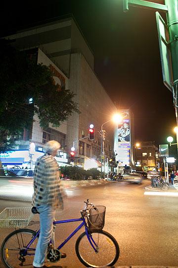 מבט על בניין התיאטרון בערב. נקודה מרכזית בעיר (צילום: אמית הרמן)