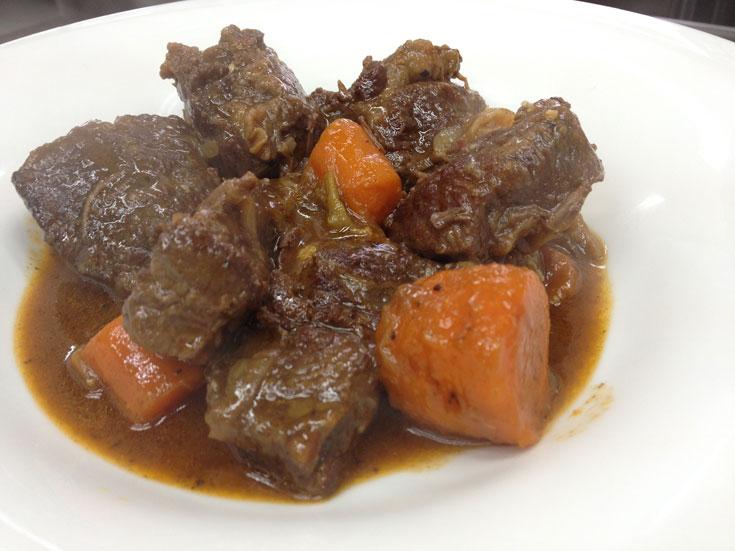 אלוהי. תבשיל כתף בקר עם ירקות שורש (צילום: מרב סריג)