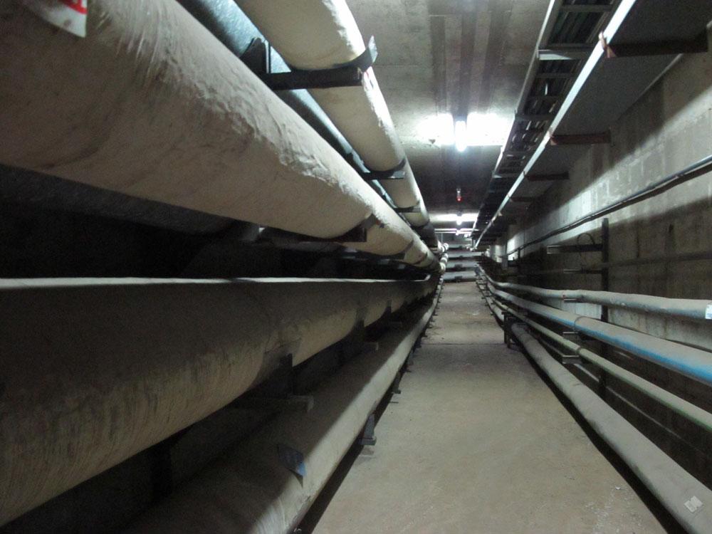 המנהרה נועדה בעיקר להעברת תשתיות - מערכת צינורות מים למיזוג האוויר, טלפונים, חשמל ומים מטוהרים (צילום: מיכאל יעקובסון)